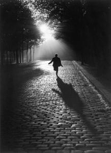 Sabine-Weiss-L-homme-qui-court-Paris-1953_gallery_carroussel